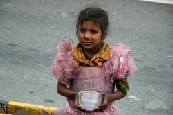 Dziecko żebrze w Delhi Indie