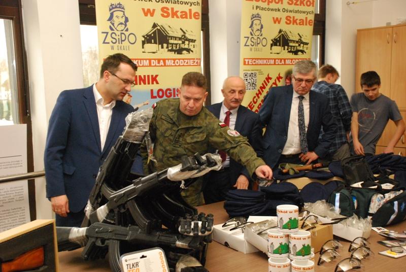 Uroczystość przekazania sprzętu klasom mundurowym w Skale
