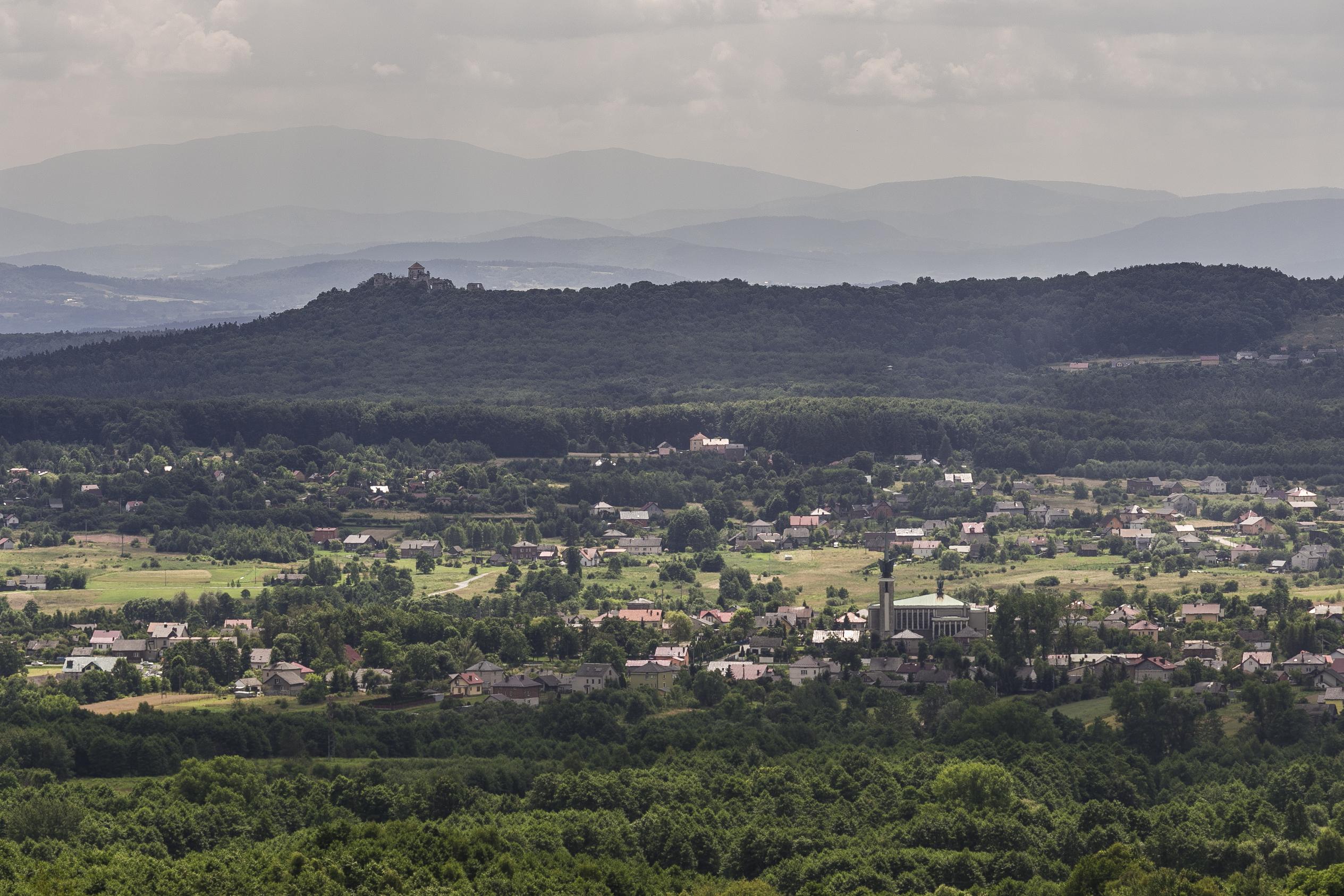 Rów Krzeszowicki. Widok na Wolę Filipowską i ruiny Zamku Tenczyn w Rudnie