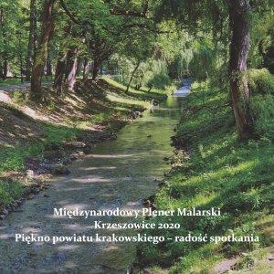 """Okładka katalogu poplenerowego """"Krzeszowice 2020"""", zacieniona rzeka w parku"""