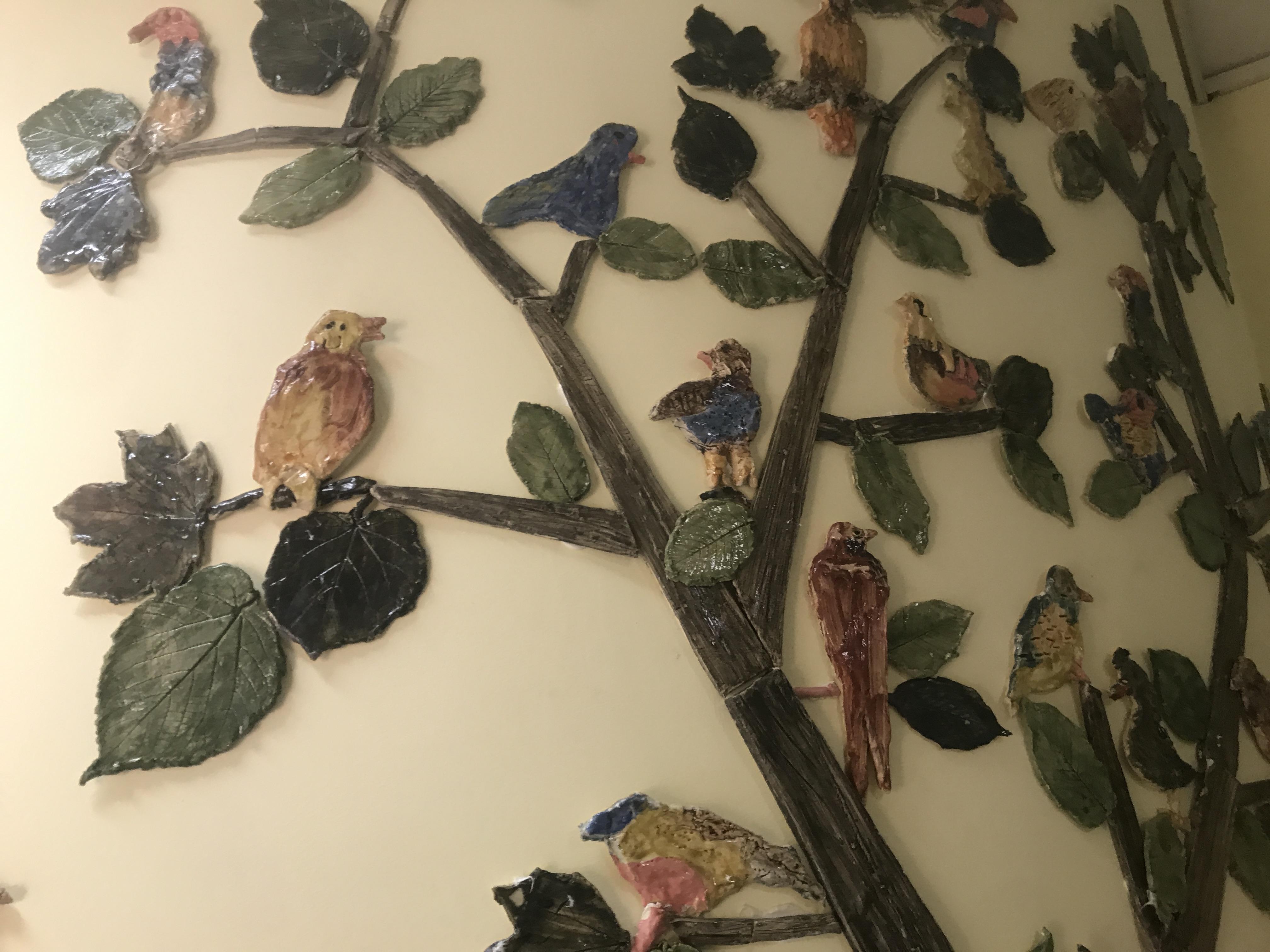 """Projekt """"Opowiem Ci o lesie"""" - zbliżenie na drzewo z ceramiki"""