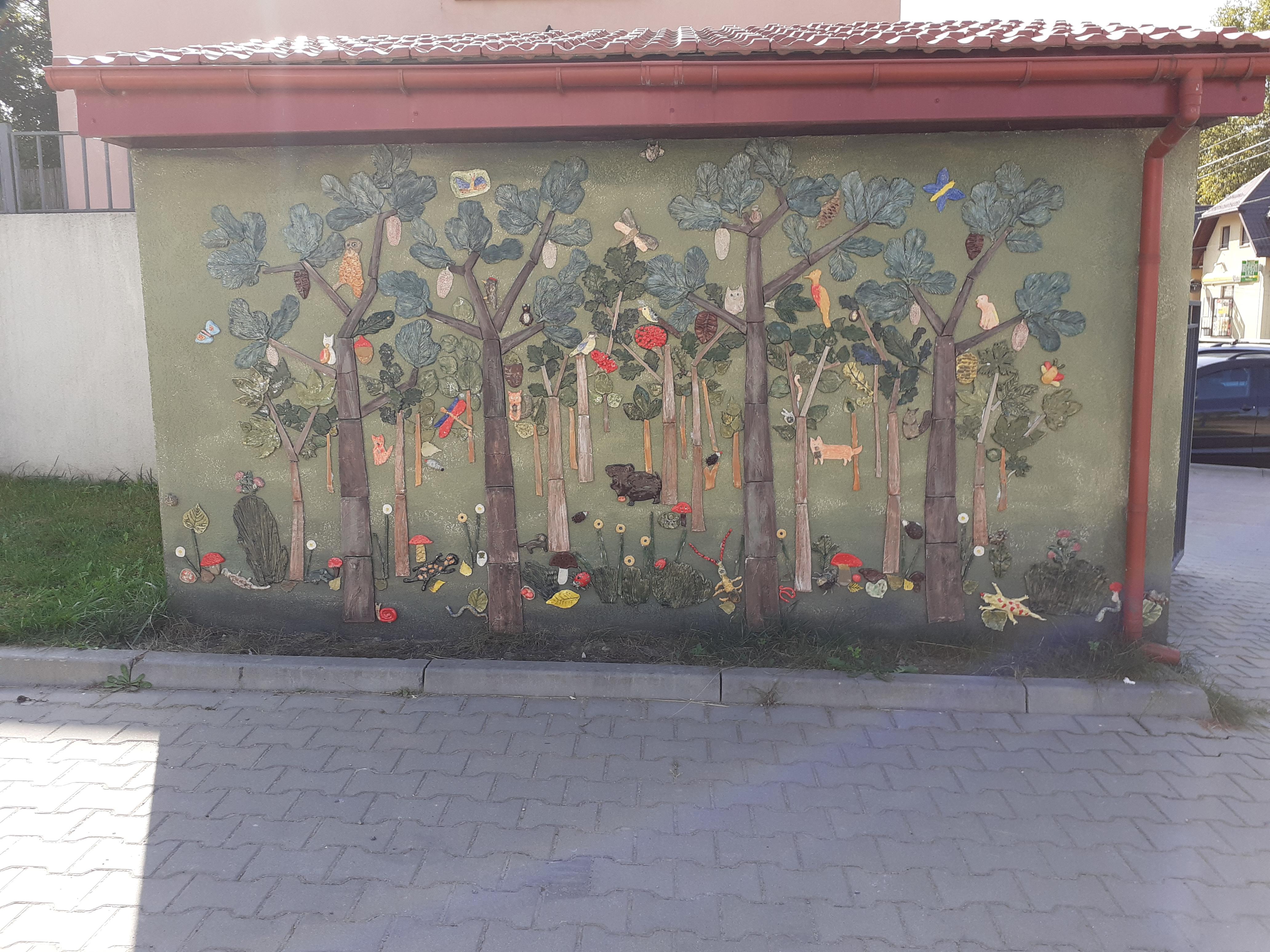"""Projekt """"Opowiem Ci o lesie"""" - ściana z ceramiki"""