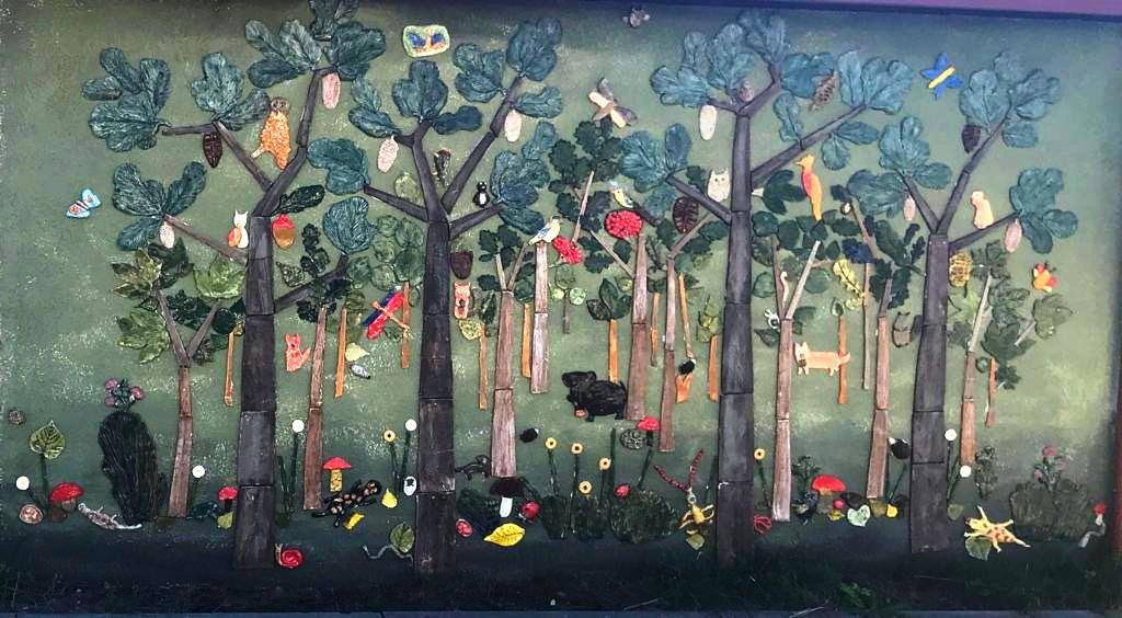 """Projekt """"Opowiem Ci o lesie"""" - zbliżenie na ścianę z ceramiki"""