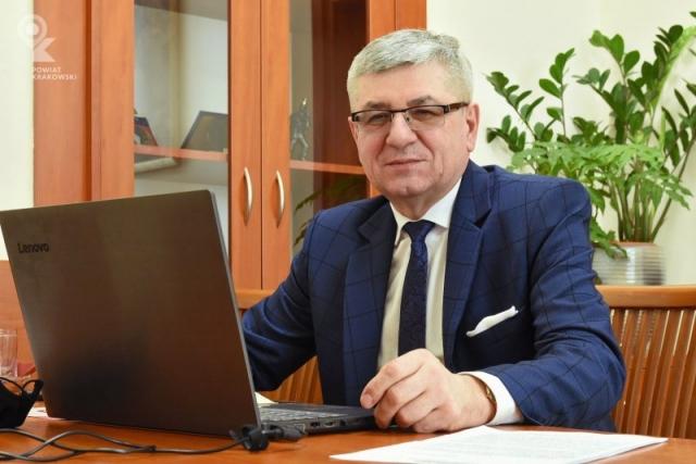 Członek Zarządu Tadeusz Nabagło siedzi za biurkiem, przed nim otwarty laptop