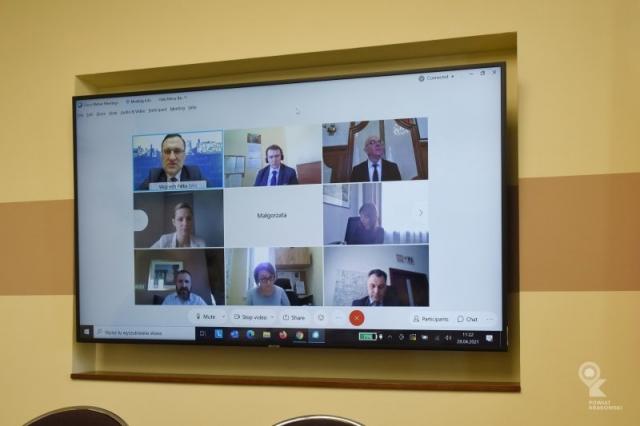 Duży ekran telewizora podzielony na małe okienka z uczestnikami sesji