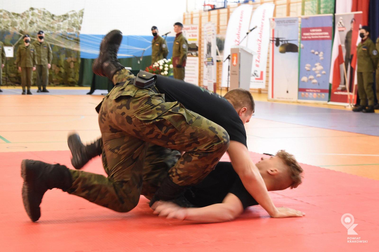 Uroczystość wręczenia certyfikatów ukończenia klas wojskowych