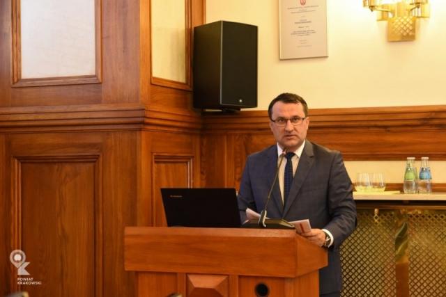 Starosta Krakowski przemawia z mówicy, patrzy w obiektyw