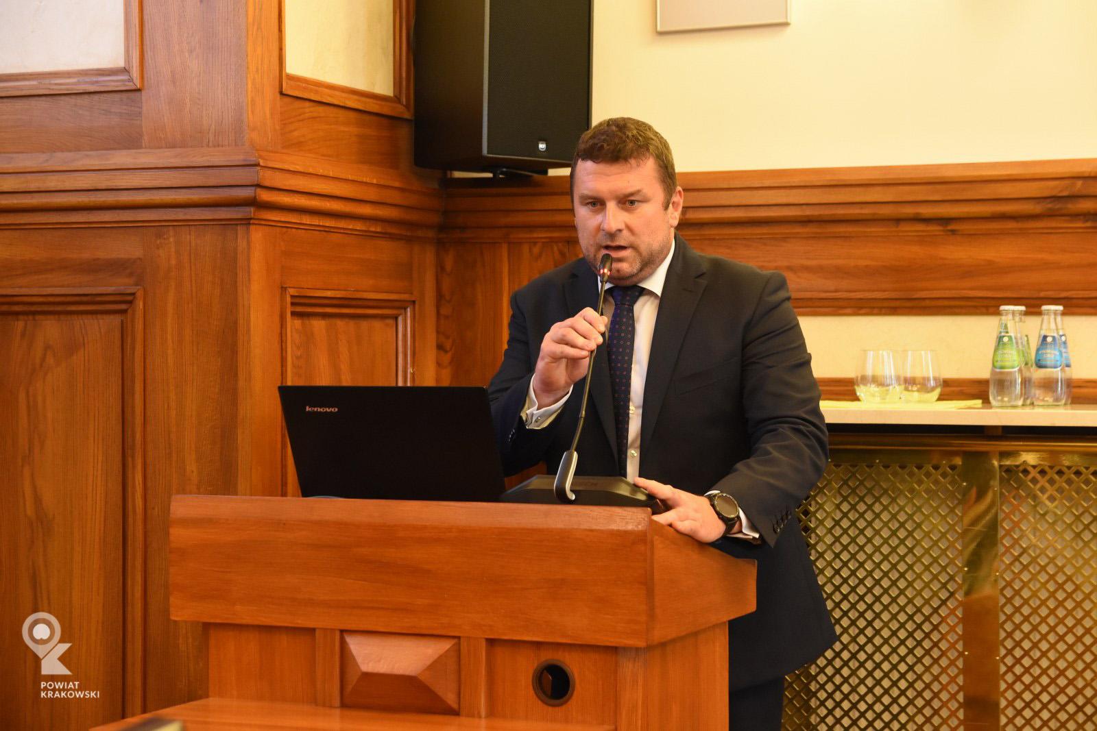 Sekretarz Powiatu przemawia z mówicy
