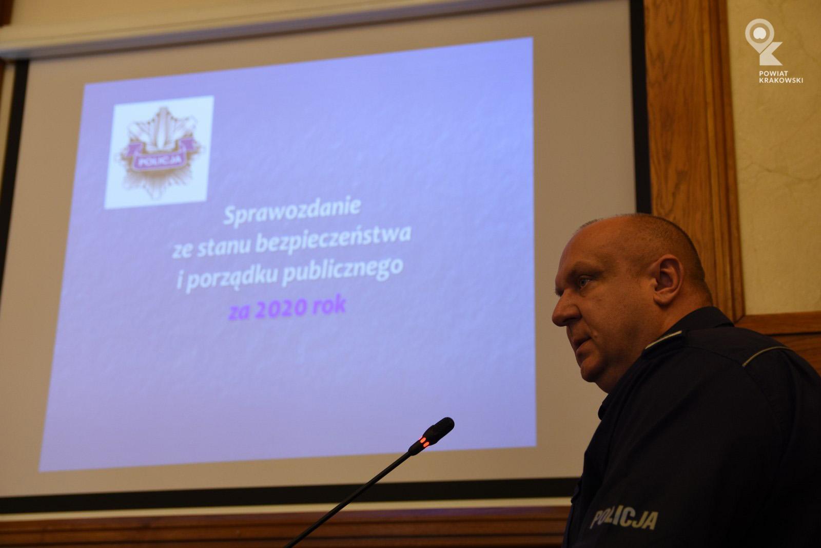 Widok ekranu prezentacyjnego, przed nim po prawej Powiatowy Komendant Policji