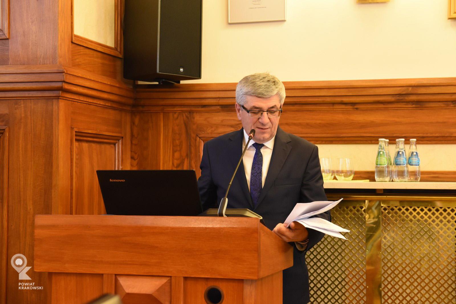 Członek Zarządu Tadeusz Nabagło  przemawia z mówicy, patrzy w notatki