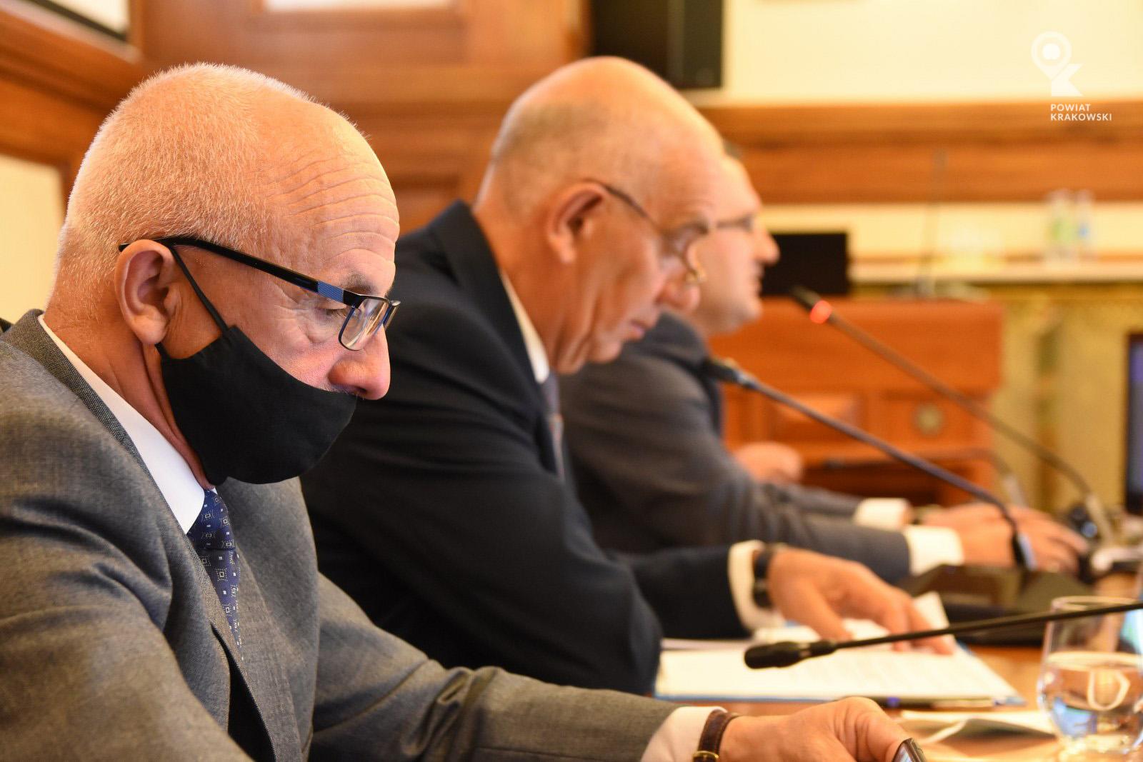 Widok prezydium Rady, na pierwszym planie zastępca przewodniczącego Rady Marek Piekara