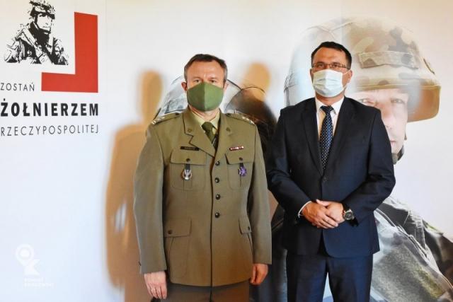 Starosta Krakowski Wojciech Pałka oraz Wojskowy Komendant Uzupełnień ppłk mgr inż. Piotr Waręcki patrzą w obiektyw, pozując do zdjęcia