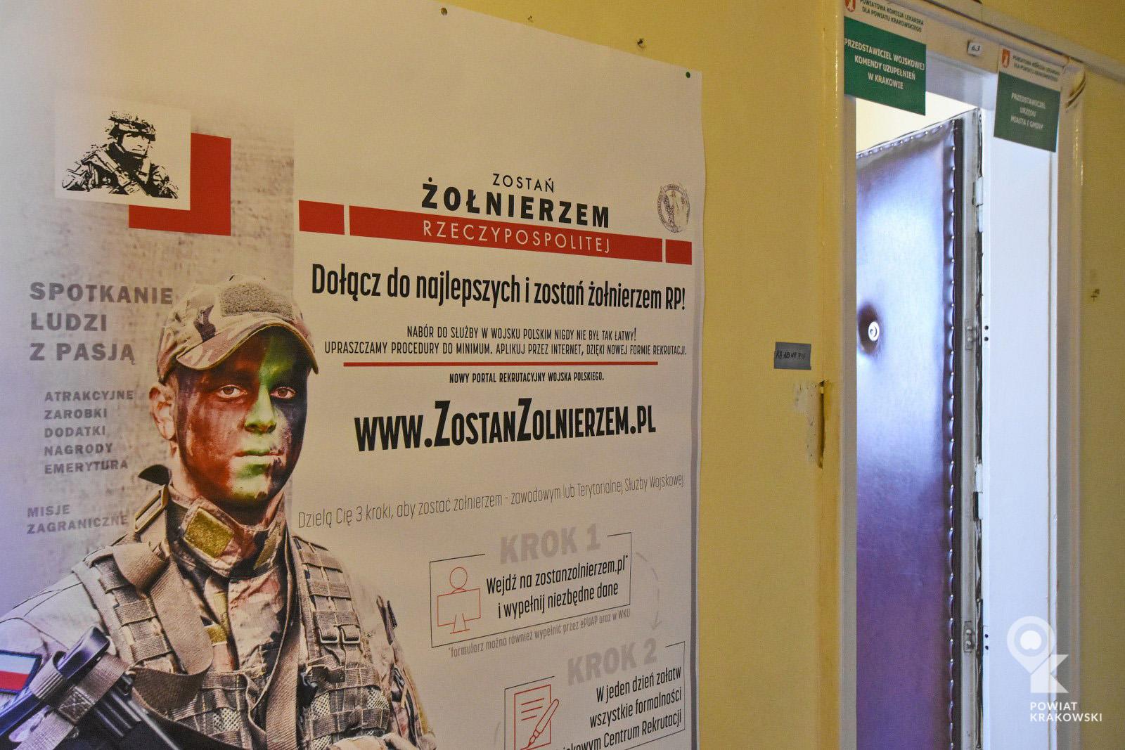 """Plakat akcji """"Zostań żołnierzem Rzeczypospolitej"""" naa korytarzu Powiatowej Komisji Lekarskiej"""