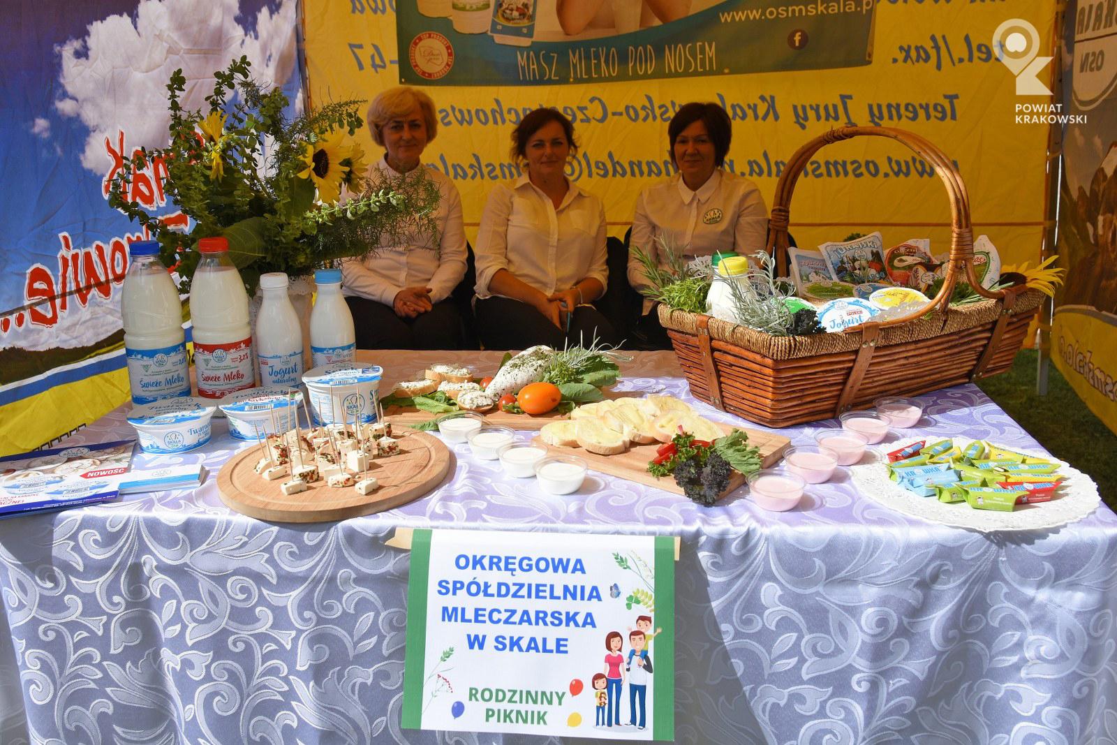 Trzy kobiety na stolisku produktów mleczarskich