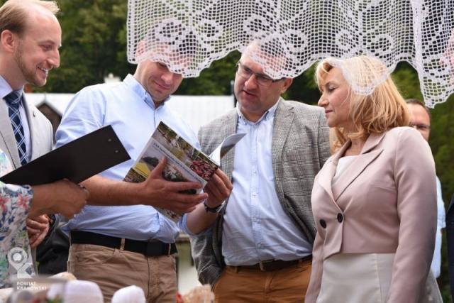 Kobieta i trzech mężczyzn ogląda czasopismo